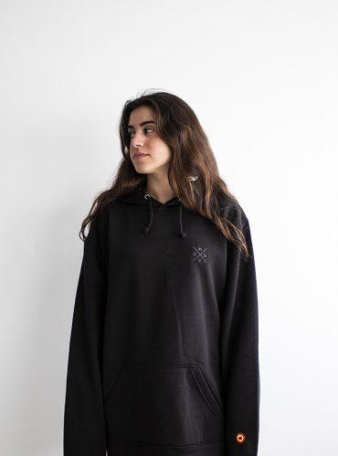 classic-hoodie-negro-wearingsvq